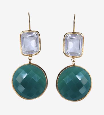 Paire de boucles d'oreilles pendantes double en argent et métal doré, ornée de racine d'émeraude et de cristal de roche.